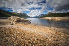 Orillas del lago Gjevilvatnet, montañas de Trollheimen, Noruega foto de archivo libre de regalías