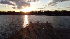 A orillas del lago puesta del sol foto de archivo
