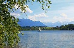 A orillas del lago riegsee idílico, colinas bávaras y montañas Fotos de archivo libres de regalías