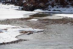 Orillas del río de congelación imagen de archivo