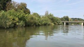 Orillas del río verdes de Ljubljanica almacen de metraje de vídeo