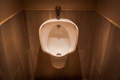 Orinal en un WC foto de archivo