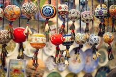 Orinetalparels in Grote Bazaar, Istanboel worden gehangen dat stock afbeelding