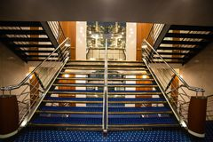 Определенный взгляд роскошной лестницы в туристическом судне стоковое фото