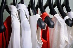 Orizzontale d'attaccatura dell'abbigliamento delle donne bianche e di corallo Immagine Stock