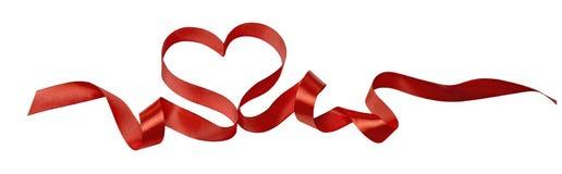 Orizzontale di immagine di progettazione del biglietto di S. Valentino del nastro del cuore isolato fotografie stock