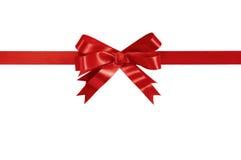 Orizzontale diritto del regalo dell'arco rosso del nastro isolato su bianco Immagini Stock