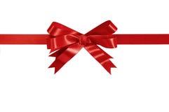 Orizzontale diritto del regalo dell'arco rosso del nastro isolato su bianco Fotografie Stock Libere da Diritti