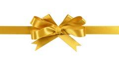 Orizzontale diritto dell'arco del nastro del regalo dell'oro isolato su fondo bianco Immagine Stock