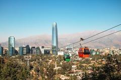 Orizzonte aereo di Santiago e di Santiago Metropolitan Park Cable Car con il grattacielo di Costanera - Santiago, Cile immagini stock libere da diritti
