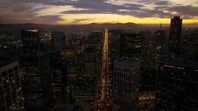 Orizzonte affascinante di tramonto dei grattacieli alti moderni nell'architettura del centro di San Francisco nel panorama aereo  archivi video
