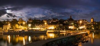 Orizzonte alla notte di Murten/Morat in Svizzera con il porto ed il pilastro e la barca nella priorità alta Immagini Stock Libere da Diritti