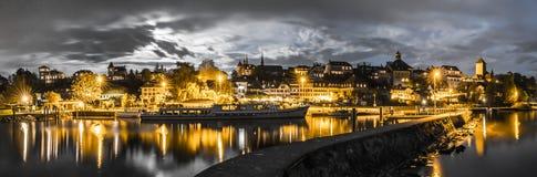 Orizzonte alla notte di Murten/Morat in Svizzera con il porto ed il pilastro e la barca nella priorità alta Immagini Stock
