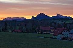 Orizzonte alpino di alba del villaggio Immagini Stock Libere da Diritti