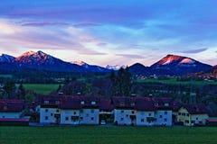 Orizzonte alpino di alba del villaggio Fotografia Stock Libera da Diritti