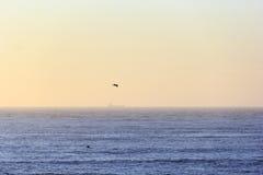 Orizzonte arancio scenico con la linea perfetta di orizzonte con il mare Immagini Stock Libere da Diritti