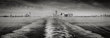 Orizzonte bianco e nero di New York di vista panoramica come visto dallo stato Immagini Stock Libere da Diritti