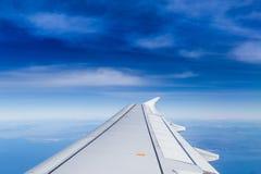 Orizzonte blu con le nuvole molli fotografie stock libere da diritti