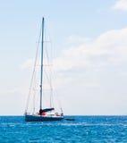 Orizzonte blu dell'oceano del mar Mediterraneo della vela di navigazione della barca a vela Fotografie Stock