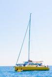 Orizzonte blu dell'oceano del mar Mediterraneo della vela di navigazione della barca a vela Immagine Stock