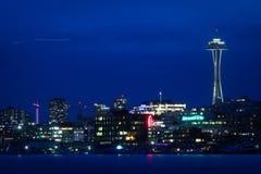 Orizzonte blu della città di notte di Seattle fotografia stock