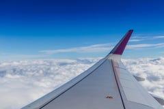 Orizzonte blu e nuvole bianche fotografia stock