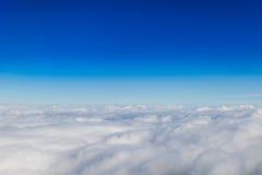 Orizzonte blu e nuvole bianche immagini stock libere da diritti