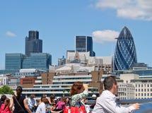 Orizzonte commerciale di Londra attraverso il Tamigi. Fotografia Stock