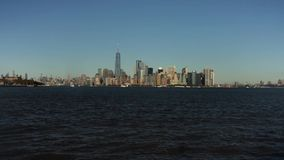 Orizzonte con i grattacieli famosi di Manhattan e di East River al tramonto stock footage