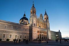 Orizzonte crepuscolare di Santa Maria la Real de La Almudena Cathedral a Madrid, Spagna Fotografia Stock Libera da Diritti