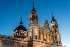 Orizzonte crepuscolare di Santa Maria la Real de La Almudena Cathedral a Madrid, Spagna Fotografia Stock