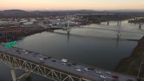 Orizzonte da uno stato all'altro della città di lungomare di Portland Oregon del fiume di 5 Willamette stock footage