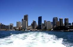 Orizzonte dei grattacieli dal porto Immagini Stock