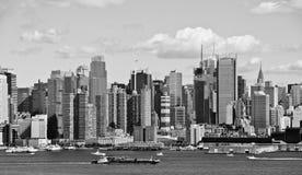 Orizzonte del b&w di New York City sopra il fiume di hudson Fotografia Stock Libera da Diritti