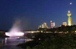 Orizzonte del cascate del Niagara, del fiume e della città alla notte Fotografia Stock