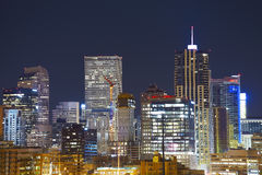 Orizzonte del centro alla notte, Colorado, U.S.A. di Denver fotografie stock libere da diritti
