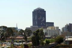 Orizzonte del centro con un rango di taxi nella priorità alta a Johannesburg Fotografia Stock