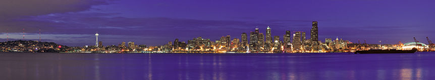 Orizzonte del centro della città di panorama di Seattle alla notte Immagini Stock