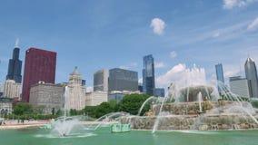 Orizzonte del centro di Chicago dalla vista della fontana di Buckingham archivi video
