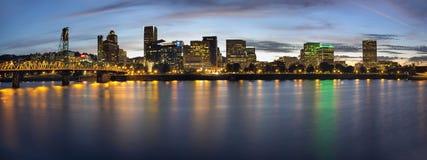 Orizzonte del centro di lungomare di Portland Oregon all'ora blu Fotografia Stock
