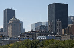 Orizzonte del centro di Montreal con i highrises fotografia stock