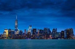 Orizzonte del centro di New York Manhattan alla notte Fotografia Stock Libera da Diritti