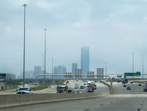 Orizzonte del centro di Oklahoma City con traffico sulla strada principale Fotografia Stock