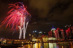 Orizzonte del centro di Pittsburgh dal fiume alla notte con il fuoco d'artificio variopinto Immagini Stock Libere da Diritti