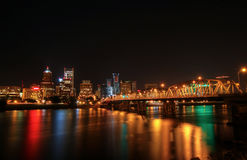 Orizzonte del centro di Portland alla notte fotografia stock