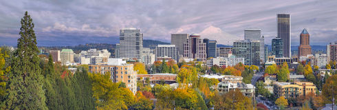 Orizzonte del centro di Portland Oregon con il cappuccio di Mt Fotografia Stock