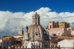 Orizzonte del centro di Roma con le nuvole Immagini Stock