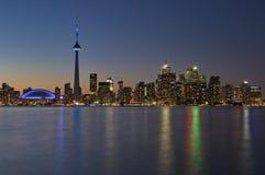 Orizzonte del centro di Toronto alla notte fotografia stock libera da diritti