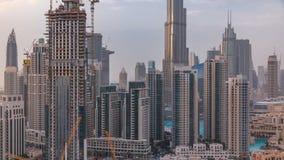 Orizzonte del centro del Dubai con il timelapse recidential delle torri, vista dal tetto archivi video