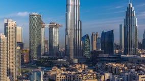 Orizzonte del centro del Dubai durante il timelapse di alba con Burj Khalifa e l'altra vista paniramic delle torri dalla cima nel stock footage